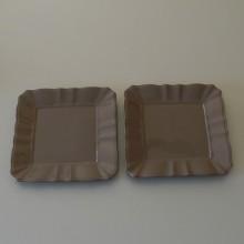 Deux assiettes violine de forme carrée
