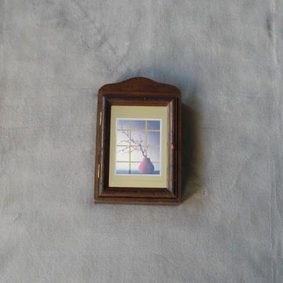 une petite boite cl tout en bois avec sur la porte une. Black Bedroom Furniture Sets. Home Design Ideas