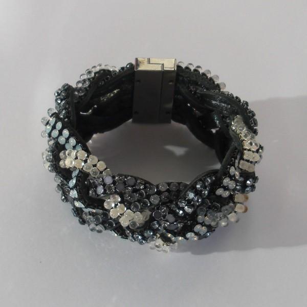 Un bracelet série limitée modèle manchette de marque Daniel Swarovski.