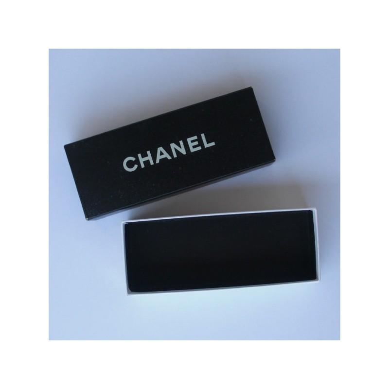 Cette boite vide de couleur noir est de la marque CHANEL taille 7 x 17