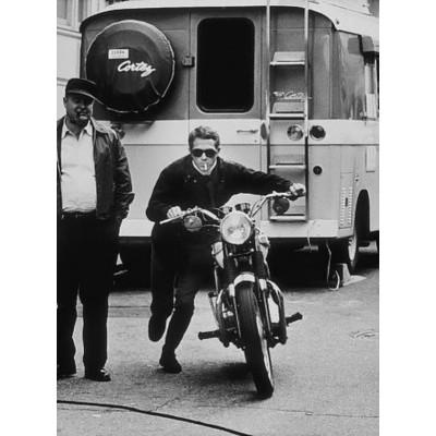 tableau photo imprim e steve mcqueen poussant sa moto taille 40x60 cm. Black Bedroom Furniture Sets. Home Design Ideas
