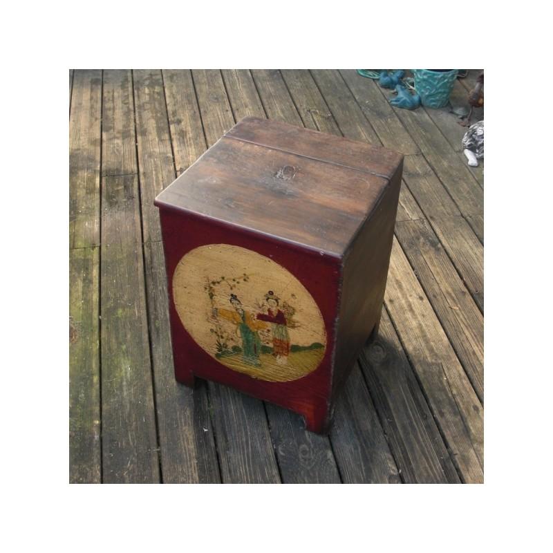 un petit coffre de rangement en bois peint de couleur. Black Bedroom Furniture Sets. Home Design Ideas