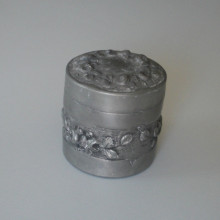 Ancienne boite en étain motif floral Taille 7,70 cm